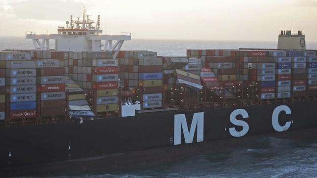 Umgekippte Container auf dem Frachtschiff.