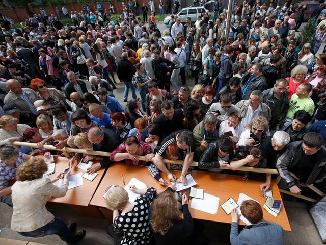 Grosser Andrang und Chaos bei einem Freiluft-Wahllokal
