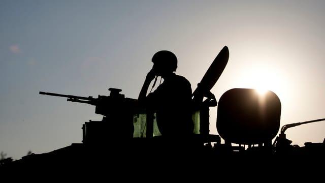 Israelischer Soldat an einem Maschinengewehr auf einem Panzer