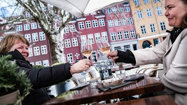 Zu sehen zwei Frauen beim Anstossen in Dänemark.