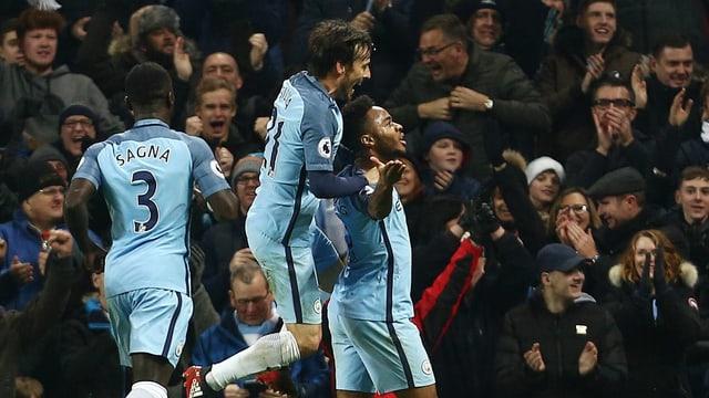 Die Spieler von Manchester City feiern den Treffer zum 2:1.