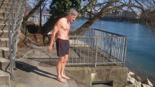 Markus Schneider vor Treppe, die in den Rhein führt