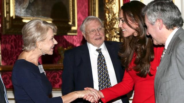 Helen Mirren schüttelt Herzogin Catherine die Hand.