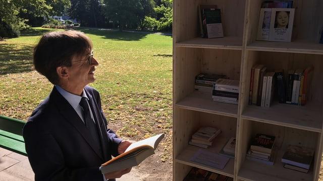 Ein Mann schaut in einen Bücherschrank in einem Park.