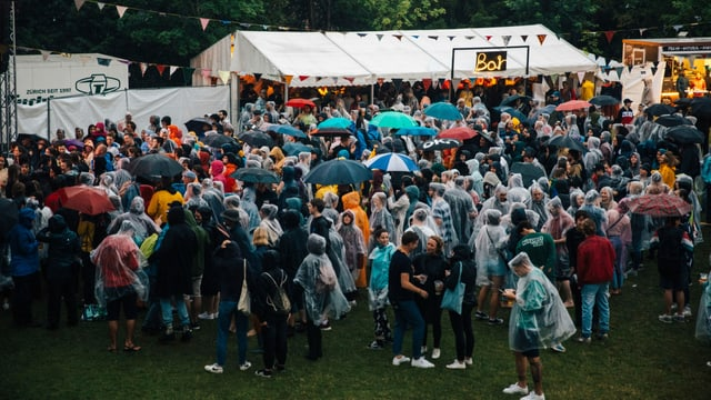 Viele Menschen am Openair im Regen