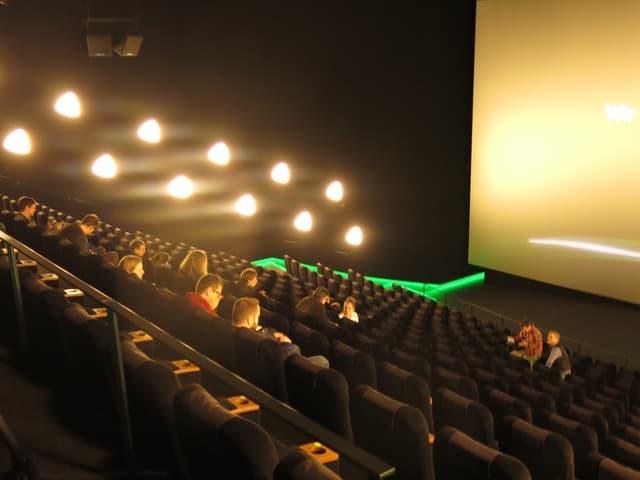 Ein Kino-Saal mit Leinwand.