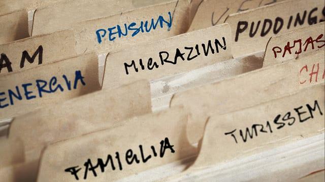 registratura cun chavazzins: Energia, pensiun, migraziun, famiglia, turissem, pajas.