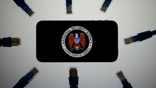 Ein Handy mit einem NSA-Kleber versehen.