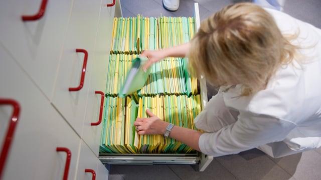 Sollen im Aargau bald der Vergangenheit angehören: Papierige Patientendossiers.