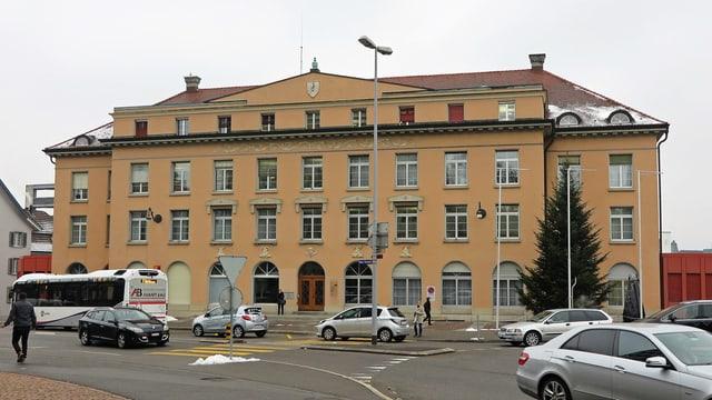 Grosses Gebäude in klassischem Stil in Aarau