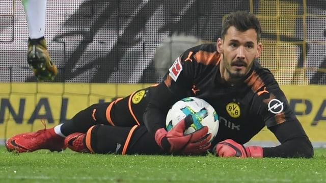 Roman Bürki hält einen Ball