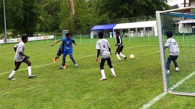 Fussballspielende Jugendliche