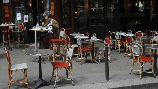 Die Sitzplätze der Restaurants besetzen nicht selten das ganze Trottoir, hier ein Bild aus Paris.