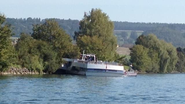 Das Kursschiff MS Rousseau der Bielersee-Schifffahrtsgesellschaft ist auf der Aare bei Altreu auf Grund gelaufen.