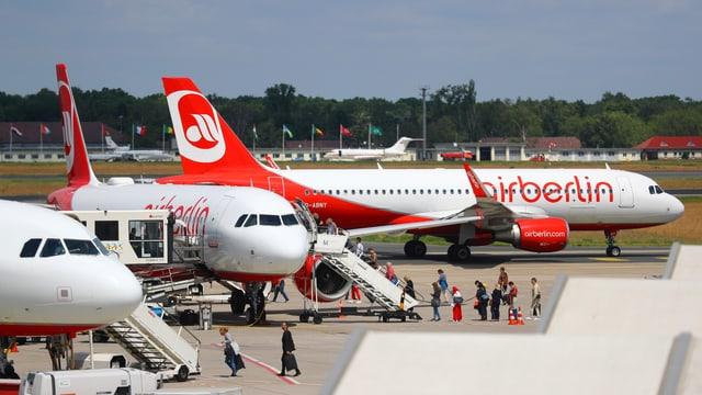 Air-Berlin-Maschinen auf Flughafen, einsteigende Passagiere.