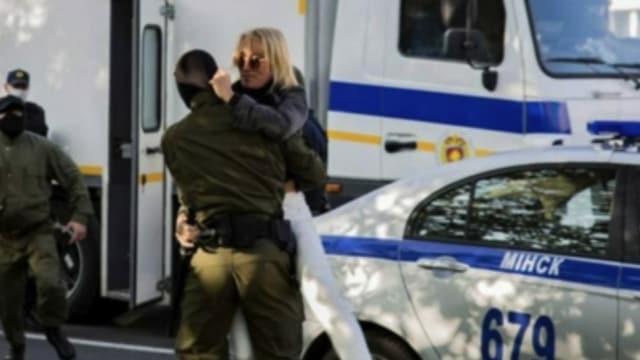 Die Verhaftung von Nathalia Hersche vis-à-vis des Ortes, wo sie demonstriert hatte.