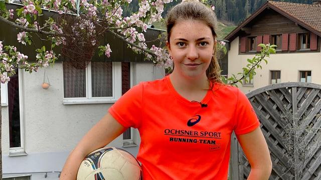 Anna mit ihrem Ball