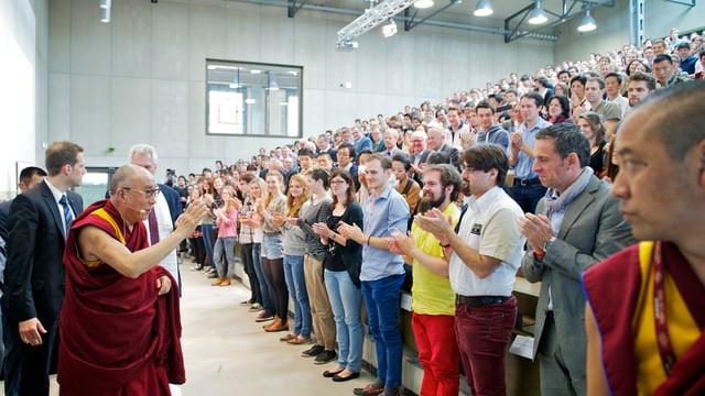 Der Dalai Lama verabschiedet sich von 500 Studierenden im Hörsaal der Uni Tobler in Bern.