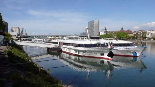 Zwei Hotelschiffe am Schiffsteiger