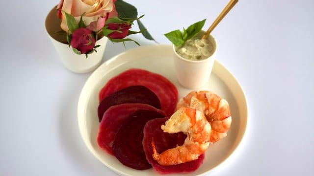 Randencarpaccio an Marsalacreme mit Basilikum-Glace und gebratenen Crevetten.