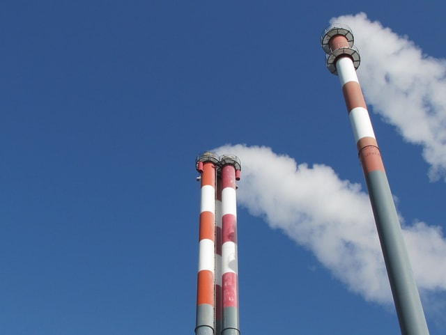 Rauch steigt aus drei Kaminen