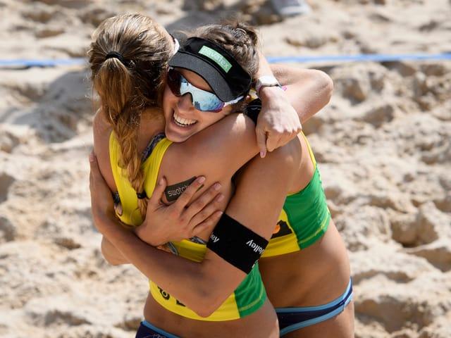 Tanja Hüberli (rechts) umarmt Nina Betschart.