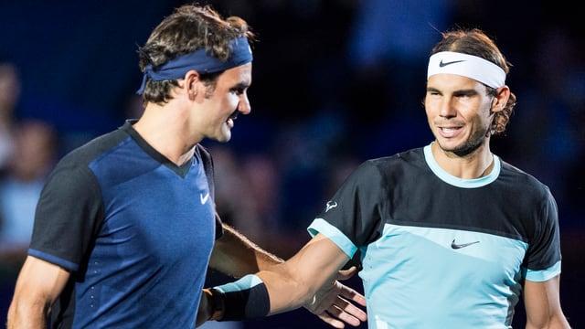 Roger Federer und Rafael Nadal tauschen am Netz ein paar Worte aus.