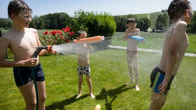Kinder mit Wasserpistolen