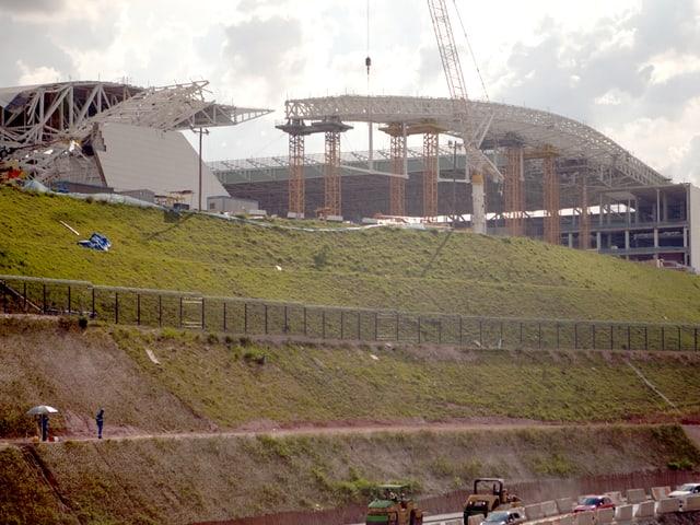 Ein Fussballstadion mit eingestürztem Dach.