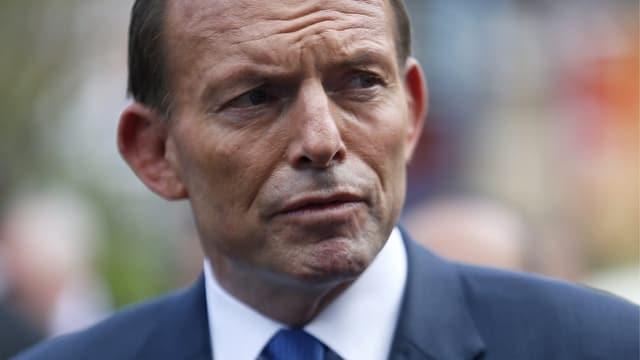 Portrait von Australiens Premier Tony Abbott in blauem Anzug und Krawatte.