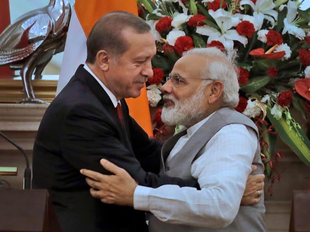 Erdogan umarmt Modi.