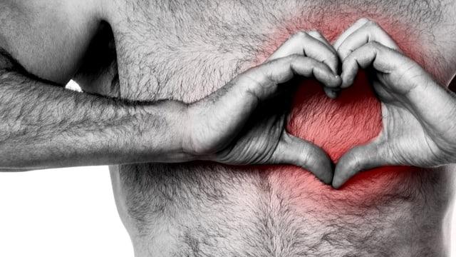 Mann macht mit seinen Händen eine Herzform über den Brust, die an dieser Stelle rot eingefärbt ist.