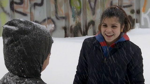 Toto und seine 14-jährige Schwester freuen sich über den ersten Schnee.