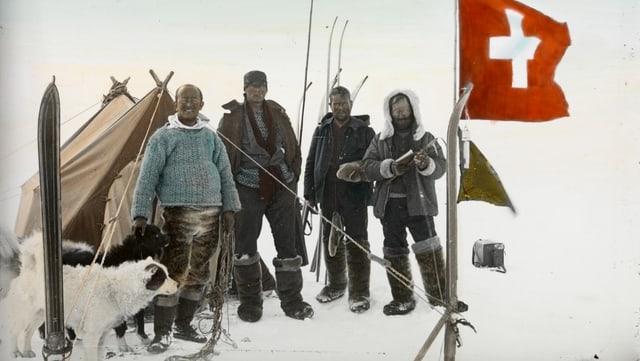 Vier Männer auf dem Eis, dahinter ein Zelt, vorne eine Schweizer Flagge.