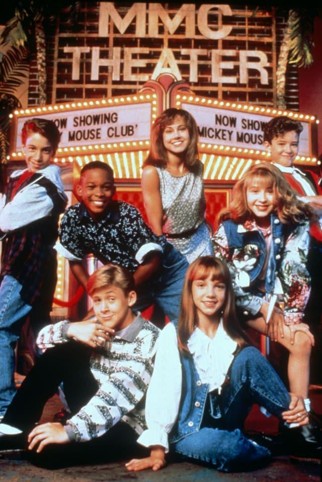 Sieben Kinder posieren vor einem Theater. Ryan Gosling sitzt unten links neben Britney Spears.