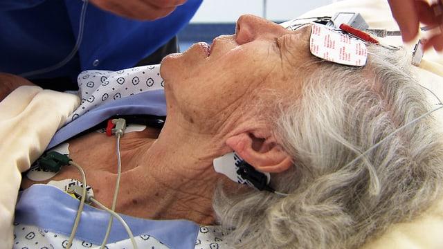 Seniorin mit Elektroden während einer Elektrokonvulsionstherapie-Sitzung
