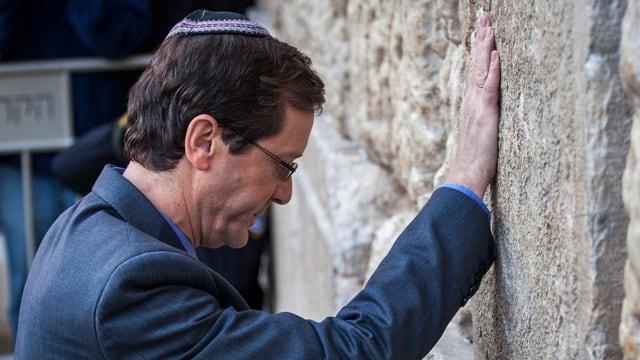 Oppositionsführer Isaac Herzog während seinem Besuch im Frühling 2015 an der Klagemauer.