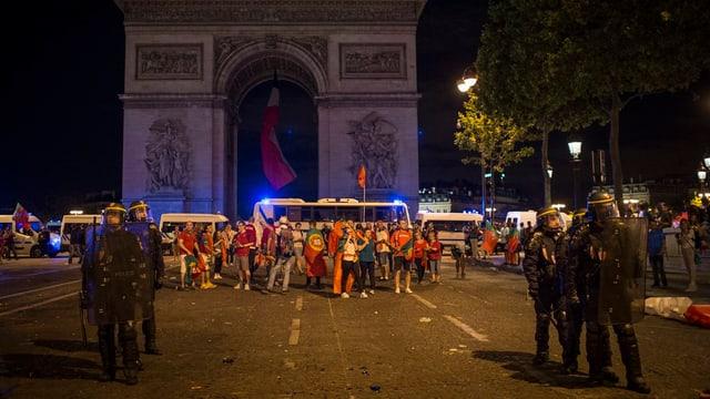 Polizia e fans da ballape a Paris.