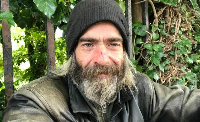 Ein freundlicher Mann mit Bart.