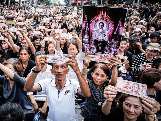 Abertausende Menschen warten in Bangkok, um an der Überführung des Leichnams von König Bhumibol aus dem Spital in den Palast teilzunehmen.