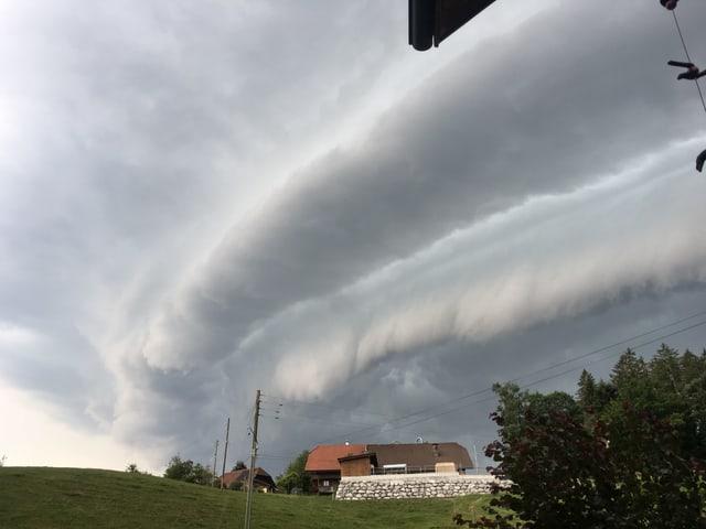 Besondere Wolkenform kündet den Sturm an.