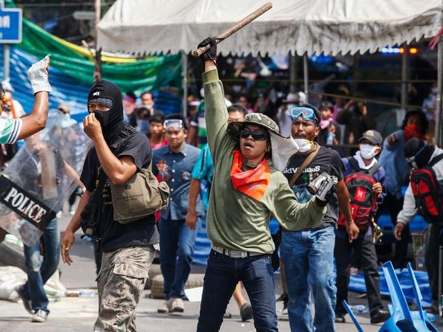Demonstranten mit Schlagstöcken