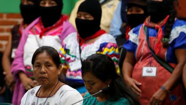 Maria de Jesus Patricio Martinez, neue Präsidentschaftskandidatin und Vertreterin der EZLN), im Vordergrund und im Hintergrund vermummte Menschen