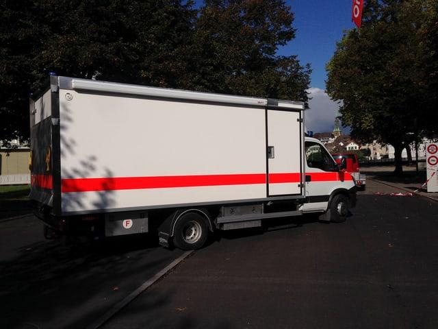 Ein Lastwagen der Kantonspolizei Bern kommt der Kapo Solothurn zur Hilfe.