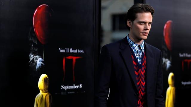 Bill Skarsgård posiert an der Premiere von «It» für die Fotografen.