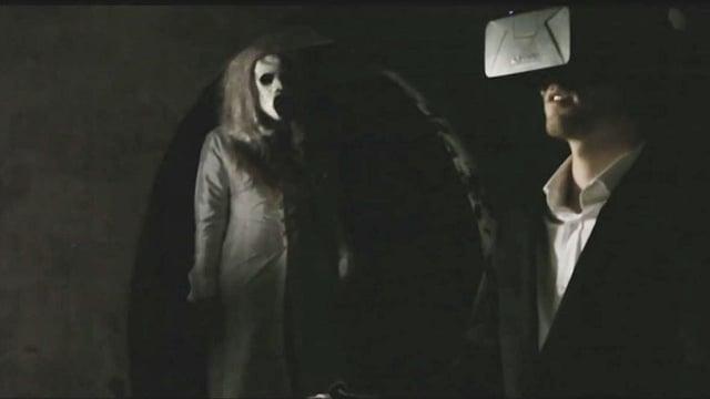 Ein Mann blickt in eine VR-Brille, im Hintergrund steht eine Zombie-Frau.