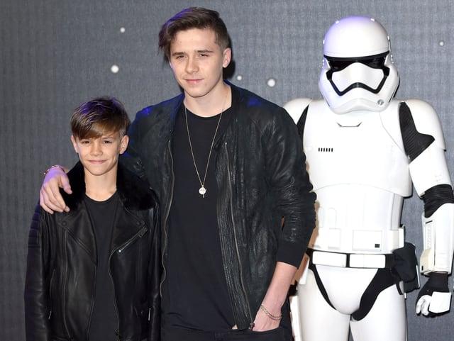Die Brüder Rome und Brookyln Backham posieren neben einem Stormtooper