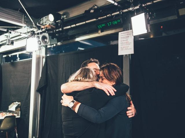 Die Moderatoren umarmen sich