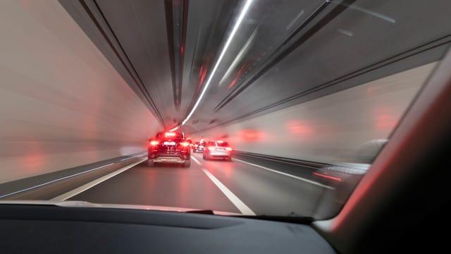 Blick aus einem Autofenster auf eine im Tunnel fahrende Autokolonne (Symbolbild)