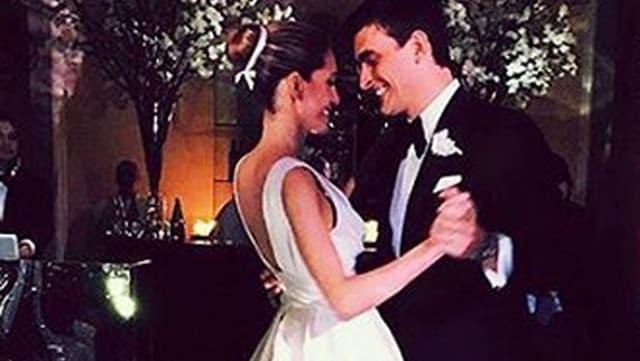 Bianca Gubser in weissem langen Hochzeitskleid, Ahmet Keyman im schwarzen Anzug. Beide tanzend und strahlend.